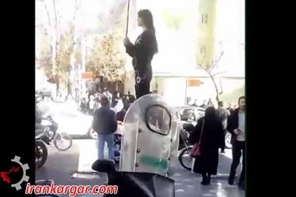 خانمی که روسری را در اعتراض برداشت