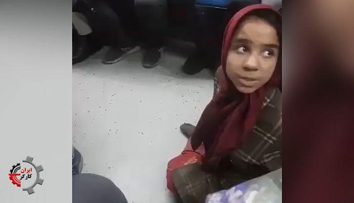دختر بچه دستفروش معلول با پاهای فلج در مترو تهران