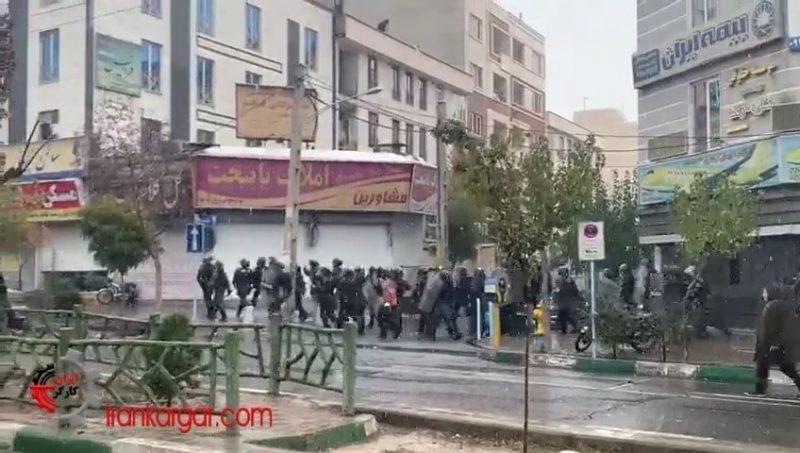 محاصره جوانان معترض
