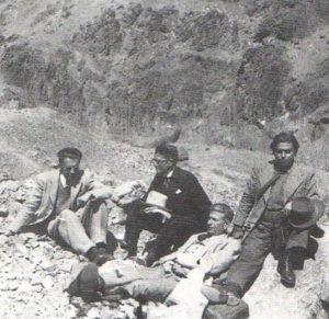 صادق چوبک و صادق هدایت بههمراه فروغی و رضوی در شاه آباد تهران در سال ۱۳۲۵