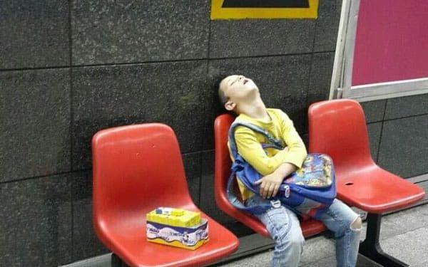 پسر آدامس فروش در ایستگاه مترو