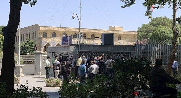تجمع اعتراضی مربیان اداره امور ورزش صنعت نفت گچساران