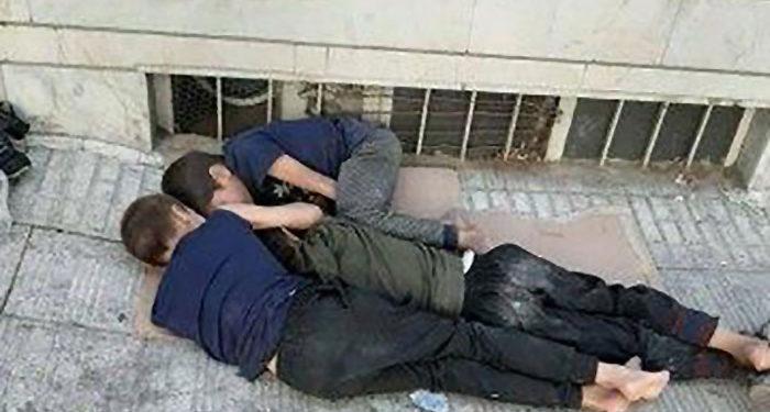 خوابیدن سه کودک روی یک تکه کارتن در خیابان جهان آرا