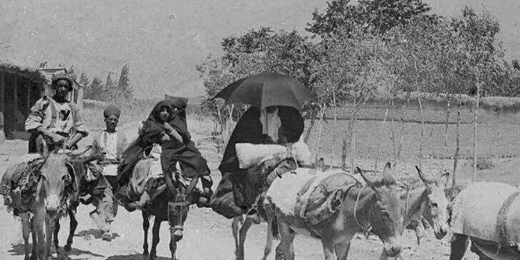 عکسی دیدنی از خیابان شریعتی تهران در سال ۱۲۸۹ و خانمی که بخاطر نوزادش چتر بر سر گرفته