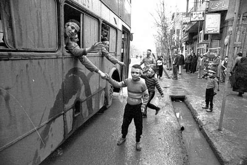 خانیآباد تهران، عکس تکاندهنده اعزام کودکان به جبهه های جنگ برای پاکسازی میدان مین؛ سال ۶۴