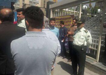 تجمع اعتراضی مرغداران در برابر وزارت کشاورزی