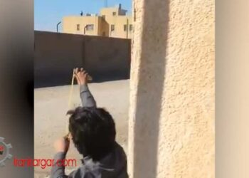 مواجهه کودکان شجاع بلوچ با تیرکمانهای کودکانه با پاسدارانی که با سلاح شلیک میکنند