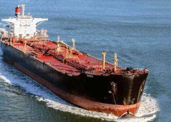 خلع پرچم از دو نفتکش به خاطر دور زدن تحریمهای نفتی