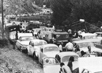 عکس دیدنی از ترافیک سنگین جاده چالوس در یک روز تعطیل در دهه ۴۰