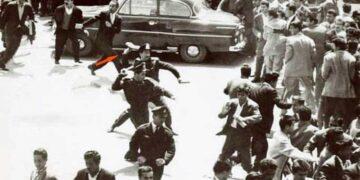 عکس حمله پلیس با کفش به تظاهرات معلمان معترض به سطح حقوق در میدان بهارستان -۱۳۴۰