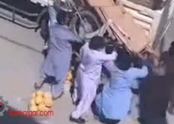 حمله ماموران شهرداری به دستفروش تنها و گرفتن گاری و بساط او در زاهدان