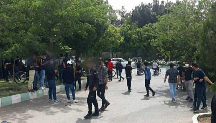 تجمع دانش آموزان در اعتراض به برگزاری امتحانات حضوری پایان سال