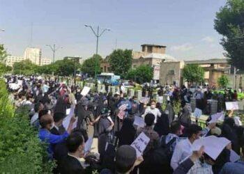 تجمع معلمان دارنده کارنامه سبز جلوی وزارت آموزش و پرورش