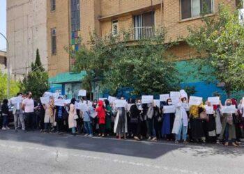 تجمع اعتراضی داروسازان نسبت به آیین نامه جدید سازمان غذا و دارو