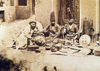 عکسی از دستفروشان دوره گرد دوران قاجار که سلاح و اجناس لوکس آن دوران را میفروشند