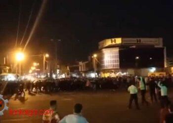 فیلم شلیک گاز اشک آور توسط ماموران انتظامی بسوی تظاهر کنندگان در ایذه و مقابله جوانان با پرتاب سنگ