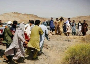 مردم سیستان و بلوچستان برای تدفین مردگان صف تشکیل دادهاند