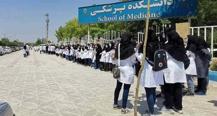 تجمع اعتراضی دانشجویان دانشگاه علوم پزشکی کرمانشاه برای دومین روز متوالی