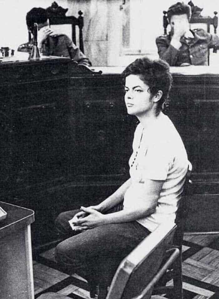 عکس دیدنی دختر شجاع در دادگاه، مقاب