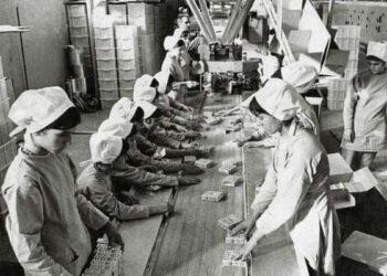 عکس قدیمی و دیدنی زنان و دختران جوان کارگر در کارخانه بیسکویت گرجی سال ۱۳۵۲